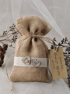 Add your favorite goodies for an instant favor to offer your guests.  Natural Rustic Burlap Wedding Favor Bags  - Bag size : 4 inch x 6,5 inch (10 cm x 16 cm), - Tag size : 1,6 inch x 2,8 inch ( 4 cm x 7 cm) - ribbon  about tag: Hang tag printed on premium card stock. Tag prints 2.5