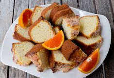 Easy and not to sweet Orange Yogurt Bundt Cake. In English and Spanish. Cake Recipes, Dessert Recipes, Desserts, Chilean Recipes, Chilean Food, Orange Bundt Cake, Orange Yogurt, Natural Yogurt, Yogurt Cake