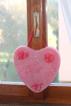 """https://flic.kr/p/ALwX3h   DECORACIÓN QUE TIENE FORMA DE CORAZÓN PARA COLGARLA – HECHA DE CERA   Decoración roja que tiene forma de corazón, hecha para celebrar bodas de rubí. Está adornada con seis rosas rojas de fieltro, una inscripción roja """"40°"""", unos diamantes de imitación, un adhesivo que tiene forma de estrellita y una cinta roja para colgarla. Con aceite 100% natural de naranja dulce. Tamaño:  270 x 240 x 15 mm.   Artesanal.  También en:  www.ilmiomondoincera.com"""