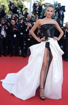 Natasha Poly portait une robe Atelier Versace et des sandales Stuart Weitzman - J5