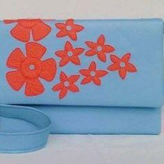 Oi pra você que está amando demais essa bolsa na cor super tendência azul serenity. Mais uma que vai fazer super sucesso no verão. Azul serenity + floral vermelho. 😍 Disponível em nossa loja virtual, link de acesso direto está em nossa bio/perfil aqui no instagram. Clica lá. 😉 . #deoliatelier #bolsaparaodiadia  #bolsadeoliatelier #azulserenity #azulbebe #floral #bolsatiracolo #bolsadecouro #bolsaazulserenity