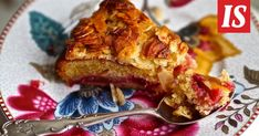 Sikke leipoi kakun omenoista ja puolukoista. Herkullinen upeus hunnutetaan vielä ihanalla mantelikuorella.