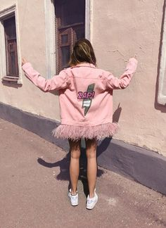 "DARIA Y MARIA Denim jacket ""PINK ZAP"" of pink color. Hand painted in Pop Art style, decorated with detachable ostrich feathers high quality of baby-pink color and rhinestones.  The feathers can be taken off which simplifies caring of the products.  100 % cotton. Oversized S, M, L Price 475€ For more information ➡️WhatsApp +34678274159 Press room in Moscow and Madrid: e-mail info@dariamaria.com www.dariaymaria.com"