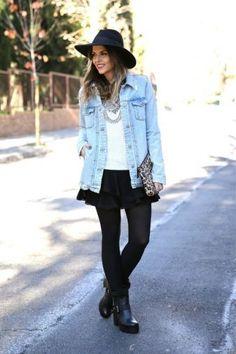 ¿Qué tal usar chamarra de mezclilla en el invierno? Checa estos looks e inspírate: look casual con falda, medias y botas negras.