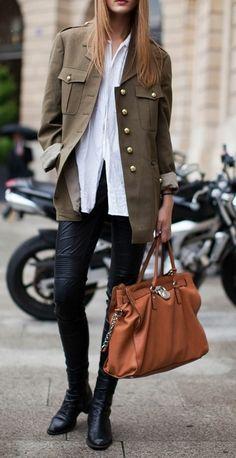 manteau long femme vert officier avec chaussures en cuir noir