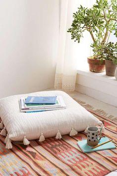 coussins de sol, coussin rectangulaire avec franges et beau tapis carpette