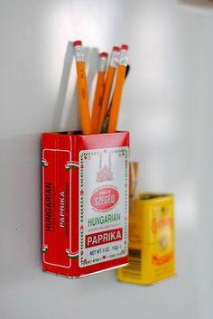 [TECNISA MULHER]   Latas + imãs = porta-treco na geladeira.    Já teve ideias como esta? Poste as suas no Tecnisa Ideias [http://tecnisaideias.com.br]