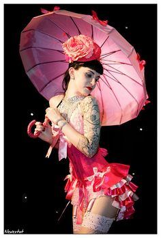 Burlesque Performer Scarlett Daggers - ohhh the costume