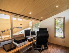 リビングを見下ろす書斎の風景