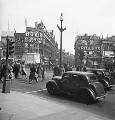 Picadilly Circus London 1947 Photo: Marcel Bovis