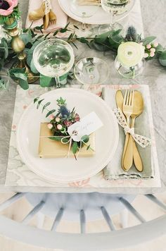 place card tag with wedding favor in gold wrap