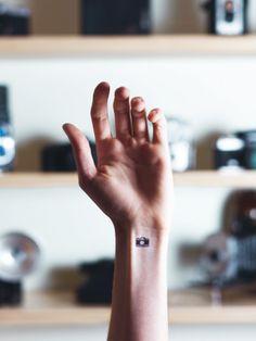 Art Director und Fotograf Austin Tott hat auf seiner Homepage eine Bilderserie mit verschiedenenMini-Tattoos veröffentlicht.