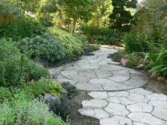 除草のいらない敷石の小道 - 癒しの庭�                                                       …