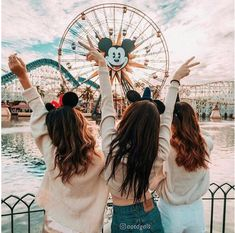 Bff Goals in Disneyland 🏰😍👯 Tag someone who would love this☝️👯 ⠀⠀⠀⠀⠀⠀⠀⠀⠀ 📷 Credit: ⸏ Bff Pics, Photos Bff, Cute Friend Pictures, Best Friend Pictures, Life Pictures, Beach Pictures, Disney Land Pictures, Disney Pics, Disneyland Photos