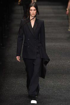 Alexander McQueen Fall 2017 Ready-to-Wear Fashion Show - Marte Mei van Haaster