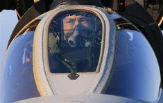 操縦席でフライト前の確認をする楠原1尉。表情は真剣そのもの=茨城県小美玉市の航空自衛隊百里基地(鈴木健児撮影)