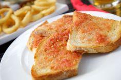 Υλικά: Φέτες ψωμιού Ελαιόλαδο Τομάτα φρέσκια Αλάτι Πιπέρι Εκτέλεση: Τρίβουμε την τομάτα στον τρίφτη και την βάζουμε σ΄ένα μπολ. Ρίχνουμε λίγο αλάτι, λίγο πιπέρι και ελαιόλαδο. Βάζουμε τη σάλτσα πάνω στις φέτες και ψήνουμε στον φούρνο για δέκα λεπτά. Σημείωση! Οι συγκεκριμένες μπρουσκέτες μπορούν να συνοδέψουν κάθε γεύμα σου καθώς έχουν τελείως ουδέτερη γεύση. photo: …
