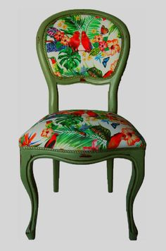 Restauración Silla Isabelina Loros Kitsch                                                                                                                                                                                 Más Reupholster Dining Room Chairs, Chair Upholstery, Upholstered Furniture, Dining Chairs, Funky Furniture, Colorful Furniture, Painted Furniture, Furniture Ideas, My Ideal Home