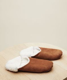 Jenni's Holiday Gift Guide Moroccan Slippers, Bedroom Slippers, Modern Essentials, Hip Bones, Leather Slippers, Slipper Socks, Moroccan Style, Leather Handbags, Clothes For Women