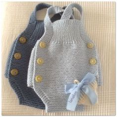 Elfrieda Rowe Gestrickte Baby-Overall-Modelle – Frohe Ornament-Startseite – Free Birthday S …. Baby Romper Pattern, Baby Overall, Baby Pullover, Crochet Baby Shoes, Baby Sweaters, Baby Knitting Patterns, Baby Accessories, Baby Dress, Baby Boy