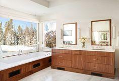 Salle de bain attenante, spacieuse à l'aménagement confortable et à la vue splendide