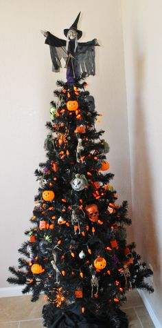 Cheap And Easy Indoor Halloween Decorating Ideas – Spooktacular Trees Halloween is among our favorites. It is the perfect time to get employees excited about work. Not every Halloween needs to be dark and dreary! Spirit Halloween has a large range of H Retro Halloween, Spooky Halloween, Halloween Christmas Tree, Black Christmas Tree Decorations, Black Christmas Trees, Christmas Tree Design, Holiday Tree, Holidays Halloween, Halloween Crafts