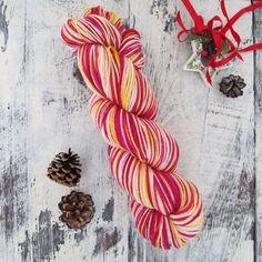 手染めの1点ものになります。イメージはクリスマスの賛美歌「O du fröhliche(いざ歌え、いざ祝え)」です。 靴下を編む場合、画像3枚目のようなセルフストライピングになります。【材質】スーパーウォッシュウール 75% /ナイロン 25%合細程... Hand Dyed Yarn