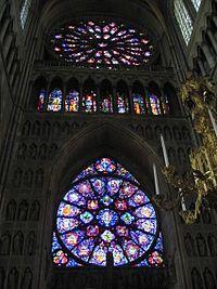 Vitrales de la Catedral de Reims en Francia. Un vitral o vidriera policromada es una composición elaborada con vidrios de colores, pintados o recubiertos con esmaltes, que se ensamblan mediante varillas de plomo.