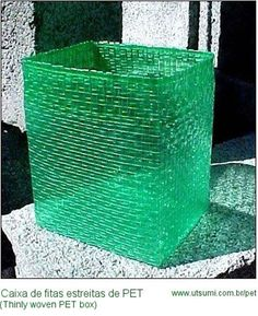 No Instructions, just inspiration: Recycling - A pretty basket made from soda bottle strips. A Japanese inventor, Takashi Utsumi, developed a device with which one can rapidly shred PET bottles into ribbons suitable for use in crafts. Empty Plastic Bottles, Plastic Bottle Crafts, Soda Bottle Crafts, Creation Deco, Pet Bottle, Soda Bottles, Reuse Recycle, Recycled Crafts, Canning