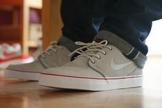 Don't ask me why but I love it when a guys wears his jeans and nikes like this :)