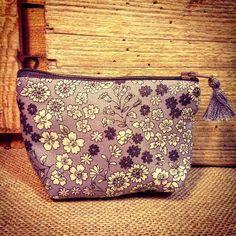 PETIT PORTE MONNAIE tissu FROU FROU LIBERTY BLEU Pompon taille 10x12cm CADEAU DE NOEL : Porte clés par le-petit-atelier-de-laure