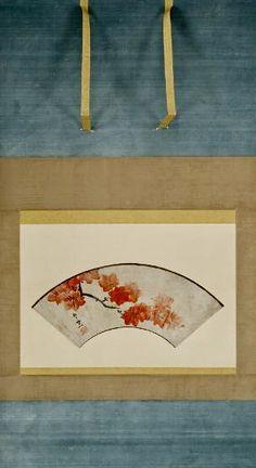 "鈴木其一. ""Gren av lönn i höstfärger"". Suzuki Kiitsu (1796-1858). Japanese fan painting its maple leaves. Hopfällbar solfjäder monterad som kakemono (senmen daibari hyogu-typ) med knoppar i negoro-lack. Tusch och röd färg på guldpudrat (mica) papper. Tuschkontur längs solfjäderns över- och nederkant.world Culture Museum. Sweden."