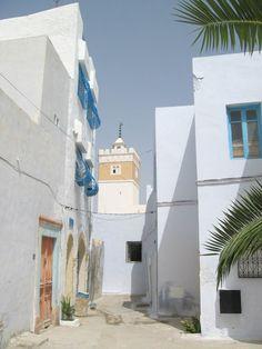La Medina d'Hammamet//Hammamet est une ville tunisienne située au nord-est, sur la côte sud-est du cap Bon, à une soixantaine de kilomètres au sud de Tunis. Wikipédia