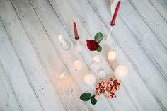 Свадебная композиция в бело-красных тонах. Свадебный декор, свечи и гранат. Бело-красная свадьба.