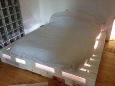 Cada vez mais as pessoas optam por ter coisas diferentes nas suas casas, assim como ter algo exclusivo. Nada melhor do que uma cama feita com paletes para marcar essa mesma diferença. Descobre aqui 13 ideias para camas feitas com paletes, simplesmente brutal.