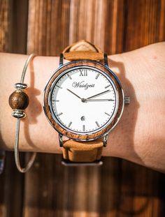 """Klassische Anmut zeichnet diese Set für """"Sie"""" aus.  Es beinhaltet eine Sommerzeit Armbanduhr mit Leder oder Lodenband, ein Silberarmband mit Waidzeit Perle und kostenlose Ohrringe aus Walnussholz. Dieses Waidzeit Set ist das perfekte Accessoire für Ihr Outfit egal ob Business- oder Freizeitlook! Watches, Outfit, Fashion, Accessories, Summer Time, Don't Care, Ear Piercings, Handmade, Leather"""