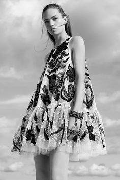 See the complete Alexander McQueen Resort 2017 -collection. - love trapeze shape, try with d string at neck or waist