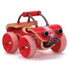 Es un juguete de diseño ecológico, está hecho de madera de bambú, planta altamente sostenible que crece tan alta como un árbol y con pinturas en base agua, para la terminación se ha utilizado cera de abejas, en el embalaje se ha utilizado cartón reciclado.