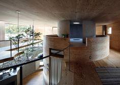 Casa de madeira chama a atenção pelo design de seu interior