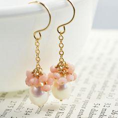 Pearl Cluster Earrings White Pearl Dangle Earrings por NansGlam