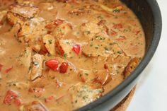 Här kommer ett recept vi använder rätt ofta men som jag inte tror jag bloggat om! En enkel och god pastasås med Kyckling! Det här behöver du: 3 kycklingfileér 1 röd paprika 2 pressade klyftor vitlök ½ kruka persilja 2 dl grädde 1 burk creme fraiche (champinjoner) 2 tsk dijonsenap