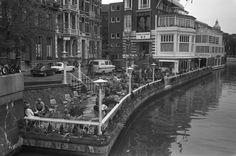 973   Terras van de Lido club aan de Singelgracht (nu Holland Casino). Horecatycoon Charles Winkels opende tijdens het interbellum het Amsterdamse Lido wat een 'uitspanning aan het water' zou worden. Na hoogtij in de jaren vijftig diende het Lido tussen midden jaren zestig en midden jaren zeventig als sociëteit van het Amsterdamse Studentencorps. In de twee decennia daaropvolgend raakte het Lido langzamerhand in verval.