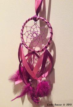 Afinal as meninas gostam de rosa. Hoje fizemos uma princesa muito feliz! After all, girls like pink. Today we made a princess very happy! #crafts #artesanato #dreamcatcher #caçadorsonhos
