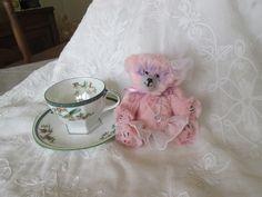 ANGIE petite ourse, gracieuse danseuse, toute rosée, est née avec les beaux jours revenus.  ANGIE est un mini ours de collection entièrement cousu main de A à Z, selon mon co - 20443836
