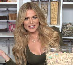 Khloé Kardashian se met même à quelques conseils déco/ rangement pour la cuisine. Elle y dévoile sa manière de ranger toutes ses courses alimentaires.