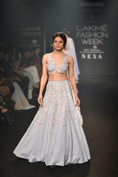 Julie Shah at Lakmé Fashion Week winter/festive 2018 Pakistani Dress Design, Pakistani Dresses, Indian Dresses, Indian Outfits, Indian Clothes, Fashion Week 2018, Lakme Fashion Week, Vogue Editorial, Editorial Fashion