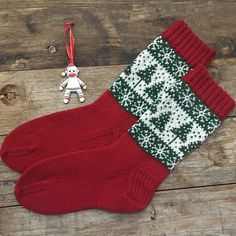 Ravelry: Project Gallery for Christmas Party Socks pattern by Caroline Barnes - Socks - Fair Isle Knitting, Knitting Socks, Free Knitting, Knitting Patterns, Knitting Tutorials, Stitch Patterns, Ravelry, Cute Christmas Outfits, Mittens