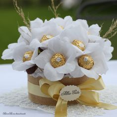 Chocolate candy bouquet of gold - Moyiki Sites Candy Bouquet Diy, Gift Bouquet, Bouquet Box, Boquet, Candy Crafts, Diy Crafts For Gifts, Chocolate Navidad, Chocolate Flowers Bouquet, Valentine's Day Gift Baskets