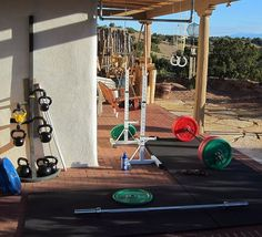 Killer back yard gym - colored bumper plates, kettlebells with nice rack, rings and squat stands Crossfit Home Gym, Crossfit Shoes, Crossfit Motivation, Elite Fitness, Fitness Tips, Home Gym Equipment, No Equipment Workout, Fitness Equipment, Gym Workouts