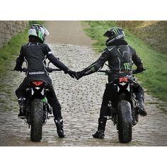 Regarder dans la même direction, main dans la main  @xarwn #couple #motard #motarde #ride #rider #moto #bike #bikestyle #bikeislife #bikeofinstagram #bikeur #bikeuse #kawasaki #kawa #er6 #er6n #2014 #z800 #z800e #vert #green #greenkawa #roaster #roadtrip #miiv #hjc #alpinestars #monster #monsterenergy